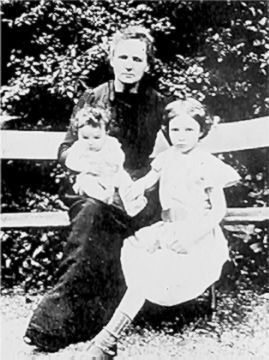 Marie curie avec ses fillrs Irène et Ève